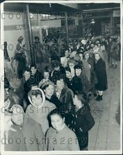 1962 Women Lined up For New Year Sale Marble Arch London England Press Photo
