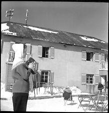 Jeune fille / femme caméra 8 mm hiver neige  - Ancien négatif photo an. 1960