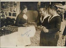 PHOTO de PRESSE ORIGINALE ROL + 1936 + 2 MARINS à la FOIRE DU TRONE de PARIS