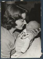WOMAN HOLDS BABY NOSE TO NOSE OLD/VINTAGE PHOTO-SNAPSHOT-Y4346