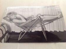 MIREILLE DARC SUR UNE CHAISE LONGUE Photo de presse originale . 18x13cm