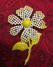 UNIQUE VINTAGE FLOWER POWER YELLOW ENAMEL DAISY BROOCH WAFFLE OPENWORK PEDALS