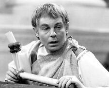 Derek Jacobi UNSIGNED photo - H6153 - I, Claudius