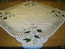 Schöne Mitteldecke Polyester Satin weiß grün Blumen Durchbruch 85x85 Austria 77