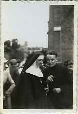 PHOTO ANCIENNE - VINTAGE SNAPSHOT - RELIGION NONNE PRÊTRE DISCUSSION -NUN PRIEST