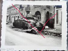 original  Foto  Frankreich 1940 zerstörter Panzer in Stadt