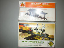 BACHMANN PLASTICVILLE 2673 SUBURBAN STATION & DUAL CROSSING GATES 3027 LOT #T-59