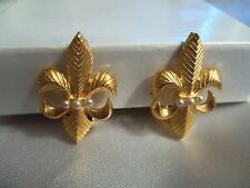 AWESOME Textured Goldtone Pearl Accent FLEUR DY LYS Design CLIP Earrings 15CE05