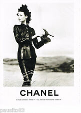 PUBLICITE ADVERTISING 065  1995  CHANEL  haute couture  cuir   en noir & blanc