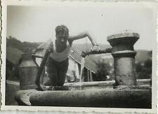 PHOTO ANCIENNE - VINTAGE SNAPSHOT - HOMME EAU FONTAINE ARROSOIR DRÔLE - WATER