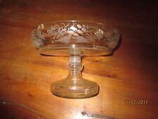 Coupe-vase en verre cristallin , à décor sur le tour de feuilles gravées