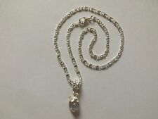 collier argenté avec pendentif dauphin perle oeil de chat grise