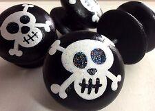 Peinte à la main large noir & blanc pirate crâne & crossbones tiroir boutons x 4