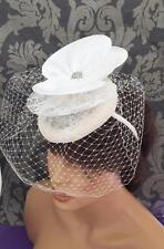 Sombrero Fascinator de la inspiración vintage años 50 Marfil Raso Corsé Net Pastillero