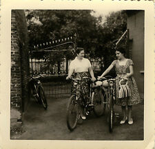 PHOTO ANCIENNE - VINTAGE SNAPSHOT - VÉLO BICYCLETTE FEMME GRILLE - BIKE WOMAN