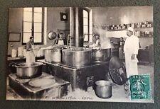 CPA. ECOLE DE SAINT CYR. 78 - La Cuisine à l'École. 1909. Cuisinier. Marmites.