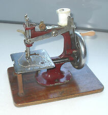 VINTAGE 1930/40s ESSEX MINIATURE CAST IRON SEWING MACHINE IN WORKING ORDER