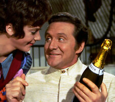 Patrick MacNee and Linda Thorson UNSIGNED photo - 407 - The Avengers