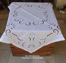 NAPPE CENTRE DE TABLE BRODEE MAIN SUR RAMIE BLANCHE 90X90  plumetis
