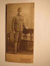 Braunau i. B. - stehender Soldat in Uniform - Kulisse / CDV Rückseite mit Haus