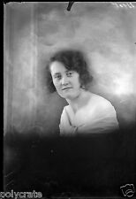 Portrait studio jeune femme épaules nues négatif photo ancien verre  an. 1920