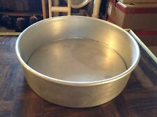 Aluminum cake baking pan with removable bottom