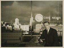PHOTO TV VINTAGE : WALTER CRONKITE CBS NEWS ANCHORMAN - NYC BRIDGE 1960 JT USA
