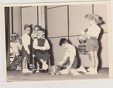PHOTO VINTAGE JUIN 1955 - ENFANTS/TAMBOURS/PETITS MARINS -PREPARATION SPECTACLE
