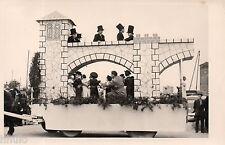 C198 Photographie vintage original fete char fleuri 1954 déguisement Mi-Careme