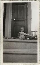 PHOTO ANCIENNE - VINTAGE SNAPSHOT - ENFANT JOUET POUPÉE OURSON CADRAGE DRÔLE-TOY