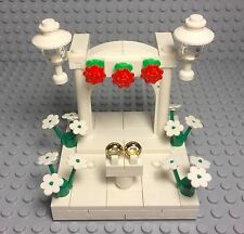 LEGO NEW BRIDE AND GROOM MINI FIGURES WEDDING ARCH STAND W/ RED ROSES,GOLD RINGS