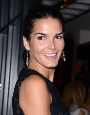 Angie Harmon UNSIGNED photo - H660 - BEAUTIFUL!!!!!