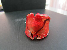 A GOLD,RED & BLACK MURANO/DICHROIC STYLE GLASS RING. UK SIZE N/O - US 7 (21).