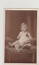 PHOTO ANCIENNE CPA- JOLI BEBE/ROBE/RUBAN/MEDAILLE-ASSIS SUR COUSSIN/GUERIDON