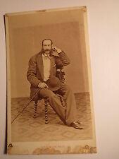 Dieppe - sitzender Mann mit Bart im Anzug - Hut Stock - Kulisse / CDV