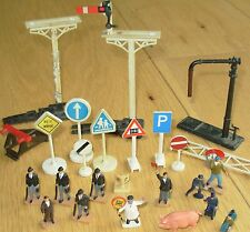 JOB LOT OF FIGURES, ROAD - TRAFFIC - TRAIN SIGNS PEOPLE & PLATFORM  ACCESSORIES