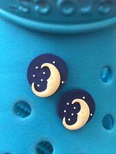 2 L'UOMO nella luna Scarpa CHARMS PER Crocs & Jibbitz GEMELLI. gratis UK P & p.