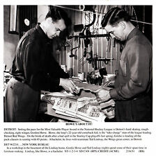 """Gordie Howe, 1951 Wire-Photo copy w/HOFer Ted Lindsay """"Working to make a living"""""""