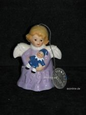 +# A009701_26 Goebel Archiv Muster Jahresengel mit Puppe 1994 lila Plombe 44-371