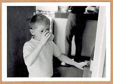 Photo 12 x 9 vintage snapshot enfant en train de boire gobelet  jp026