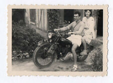 PHOTO ANCIENNE Couple de Motards Moto Jardin Vintage Vers 1940-1950 Motocyclette