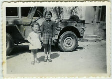 PHOTO ANCIENNE-ENFANT VOITURE JEEP FILLE-CHILD GIRL CAR SMILING-Vintage Snapshot
