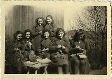 PHOTO ANCIENNE - VINTAGE SNAPSHOT - GROUPE FEMME COUTURE BRODERIE LOISIRS MODE