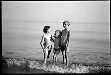 Vacances bord de mer plage jeunes filles - Ancien négatif photo an. 1950