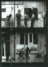 Gianni Berengo Gardin : Milano anni '70 - cartolina formato grande : cm 12 x 17