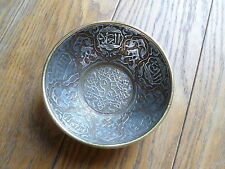 Antico islamic ottone ciotola con decorazione argento e rame, pannelli caligraphy