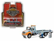 GREENLIGHT 33060-A INTERNATIONAL DURASTAR FLATBED TOW TRUCK GULF OIL AND FIGURE