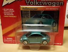 VW New Beetle 2001 türkis Johnny Lightning auf Karte