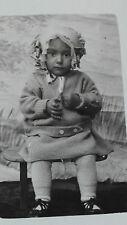 2 Photographies anciennes rétro bébé avec bonnet coiffe humour