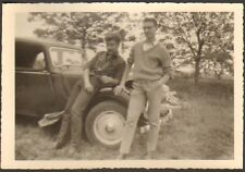 PHOTO JEUNES DEVANT CITROEN TRACTION AVANT